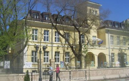 Сливенската Художествена гимназия на протест в София