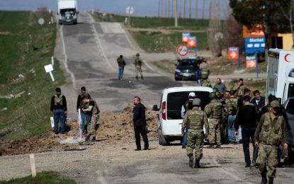 Двама полицаи загинаха при нов атентат в Турция
