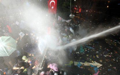 """Турската полиция нахлу в опозиционния в. """"Заман"""" (галерия)"""