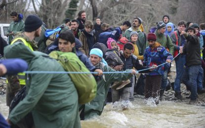 Стотици мигранти търсят пролука за влизане в Македония