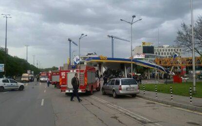 Кран падна върху бензиностанция в София