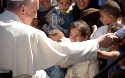 Папата посети бежанците на Лесбос и взе няколко със себе си