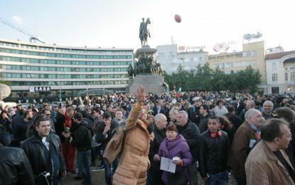 Един от демонстрантите пред парламента е в ареста за удар на полицай