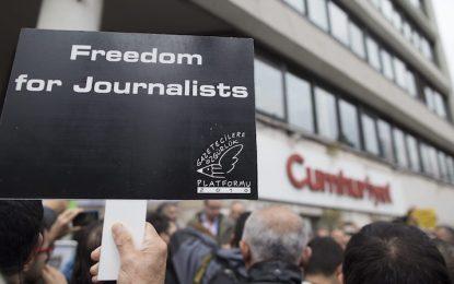 """Корица на """"Шарли"""" прати турски журналисти в затвора"""