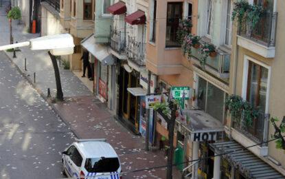 Мъж ограби банка и пръсна парите от балкон в Истанбул