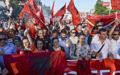 Албанците в Македония с нов съюз на нови протести