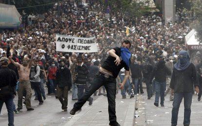 С протести на шията Гърция оряза пенсии и вдигна данъци