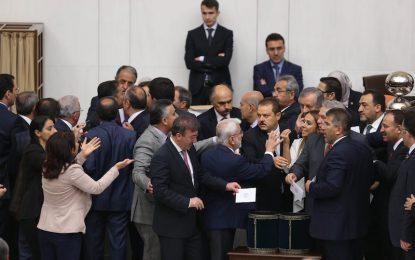 Турция се готви за разправа с депутати-кюрди