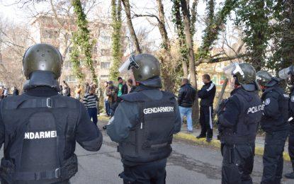 Трима полицаи пострадаха при сблъсъци в Раднево