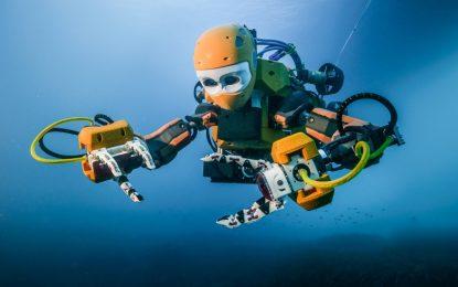 Робот взема хляба на водолазите