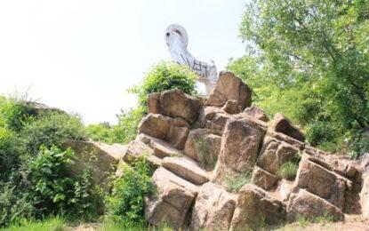 Граждани изчистиха паметник от свастики