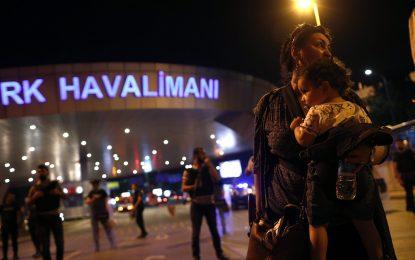 Терористи убиха най-малко 36 души в Истанбул