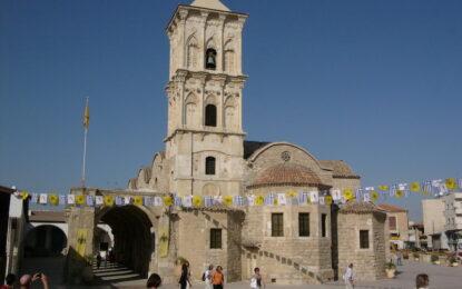Бесен поп ступа кум на сватба в Кипър