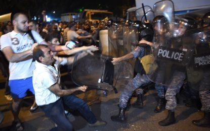 Полицията в Ереван арестува 50 души след сблъсъци с протестиращи