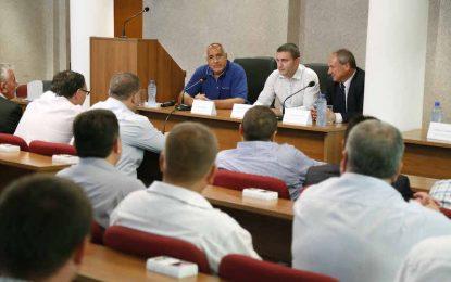 Борисов търси в ГЕРБ кандидат за президент, способен да тропне по масата