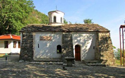 Чалга и кючеци във Врачанския манастир навръх Голяма Богородица