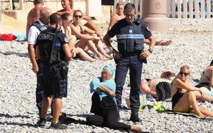 Френската полиция съблича буркини на плажа