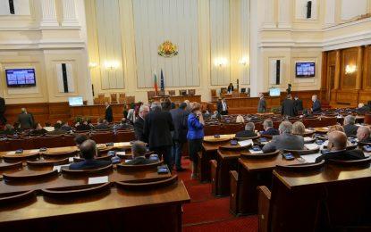 """Викове """"оставка"""" отляво заради бежанците и Бокова прекратиха работата на НС"""