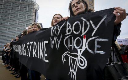 Протестите в Полша спират забраната на абортите