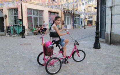 Стотици предлагат помощ на Вики с откраднотото колело