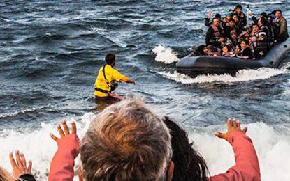 Испански спасители избират мигрантите пред плажа