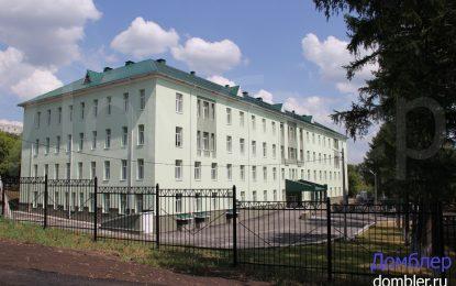 Жена пълзи по стълбите в руска болница, заради липса на асансьор