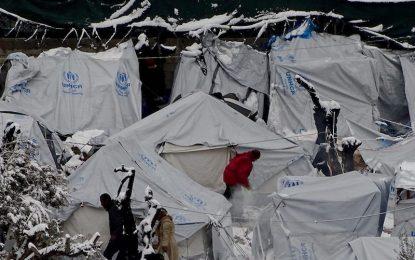 Гръцкият еврокомисар хока Атина за мръзнещите мигранти