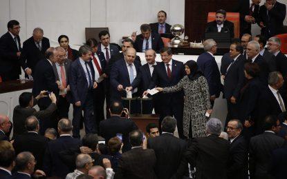 """Бой в турския парламент заради """"султаната"""" на Ердоган (видео)"""