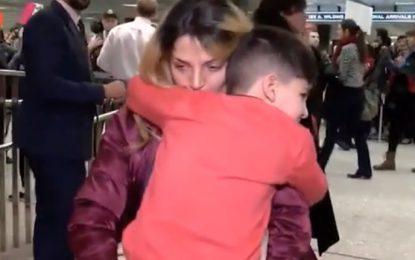 И дете с белезници след забраната на Тръмп за бежанците